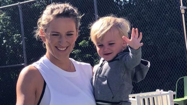 Azarenka, con su hijo Leo en un entrenamiento