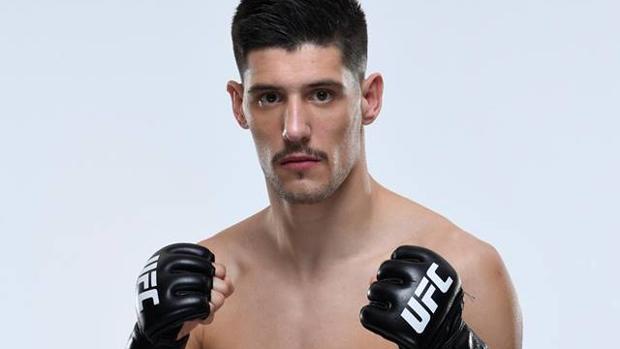 El asturiano Joel Álvarez posa con los guantes de la UFC