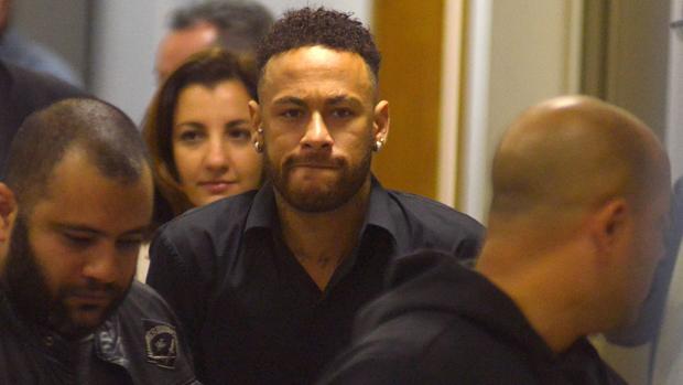 Neymar sale de la comisaría de Río de Janeiro tras testificar por el presunto delito cibernético