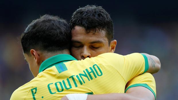 Coutinho celebra un gol abrazado a Thiago Silva
