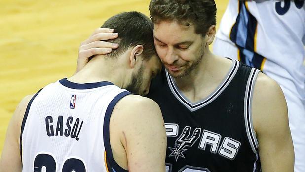 Pau y Marc Gasol, en un partido en la NBA