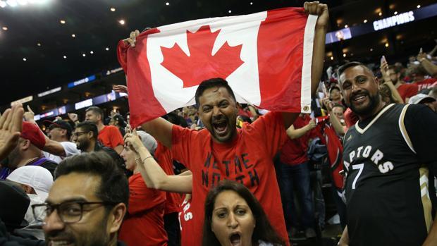 Aficionados de los Raptors celebran durante la final