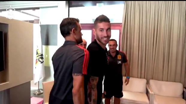 Luis Enrique bromea con Sergio Ramos, en una foto de archivo