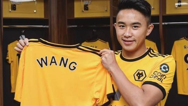 David Wang posando con la camiseta del Wolverhampton el día del anuncio de su fichaje