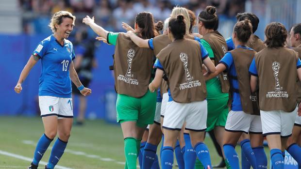 Giacinti celebra con sus compañeras el gol que marcó en el partido