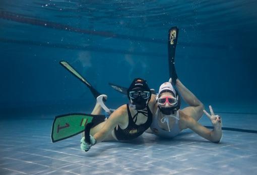 Las jugadoras saludan a la cámara bajo el agua