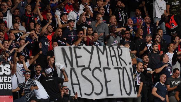 «Neymar lárgate», reza una pancarta que pudoverse en el Parque de los Príncipes