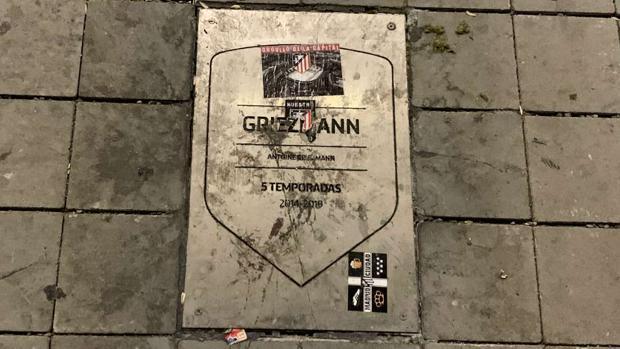 Mancillan la placa de Griezmann en el estreno en el Metropolitano