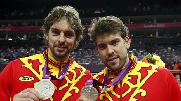 Pau y Marc Gasol, con la plata lograda en Londres 2012