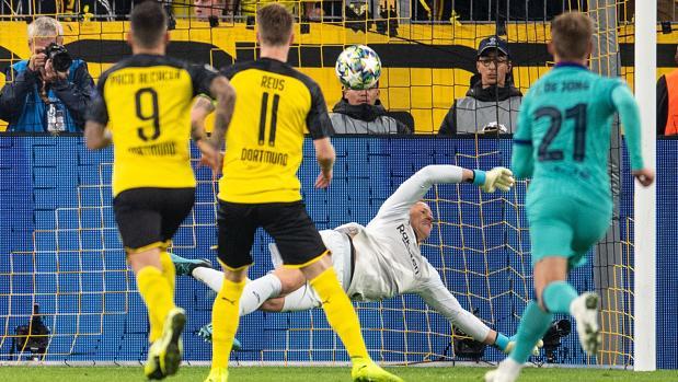 Ter Stegen en el momento de parar el penalti lanzado por Reus