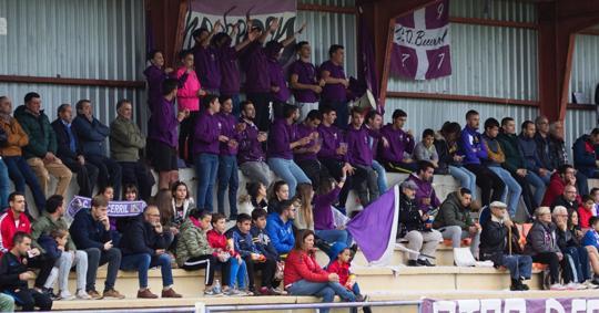 Aficionados del CD Becerril en su estadio, el Mariano Haro