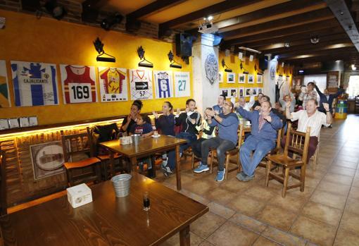 El sorteo, seguido por los vecinos de Becerril de Campos en el bar La Behetría