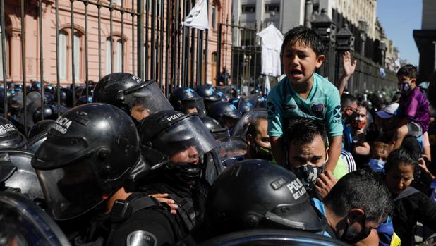 Última hora en directo: los disturbios obligan a retirar el féretro de Maradona