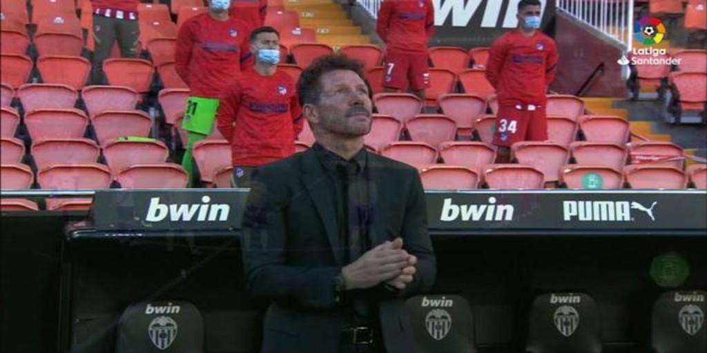 Simeone rompe a aplaudir emocionado en el minuto de silencio por Maradona