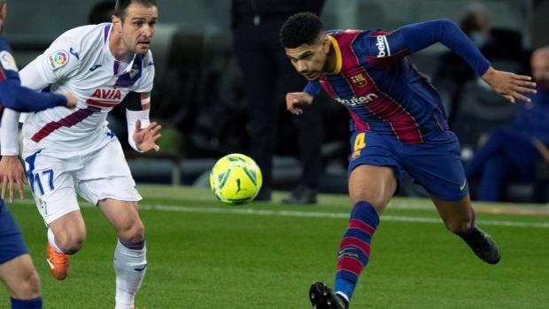 Araújo remata ante Kike García durante el partido entre el Barcelona y el Eibar