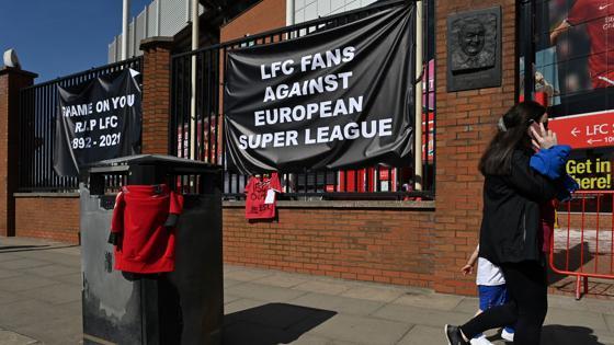 Así ha amanecido este lunes Anfield, estadio del Liverpool: con pancartas en contra de la Superliga
