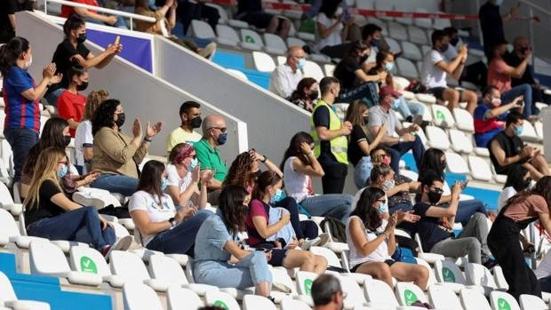 Varios aficionados asisten a un partido de fútbol