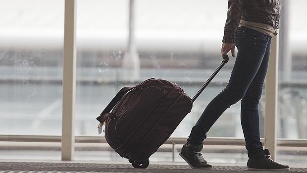 Una mujer pasea por el aeropuerto de Hong Kong