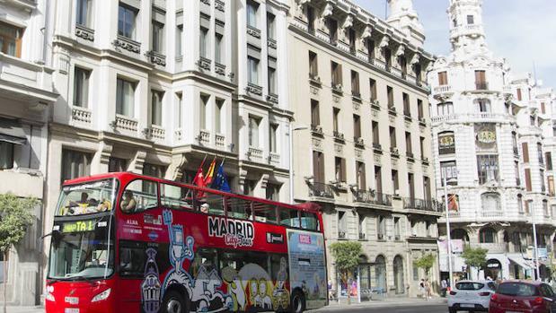 Autobús turístico en Gran Vía (Madrid)