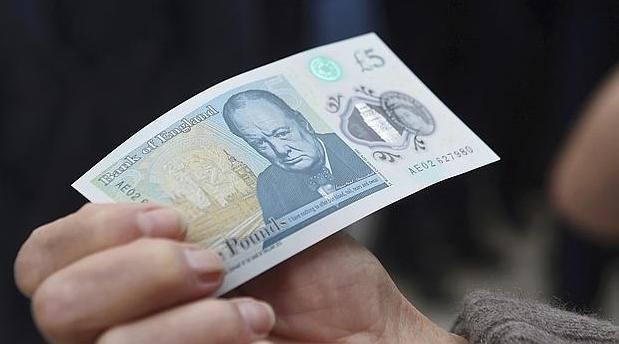 El primer billete de 5 libras de plástico ha sido para la Reina Isabel II