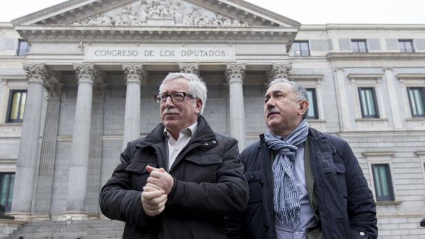Los secretarios generales de CC.OO. y UGT, Ignacio Fernández Toxo y Pepe Álvarez, frente al Congreso de los Diputados