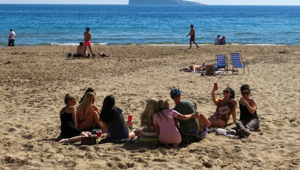 Turistas en la playa de Benidorm