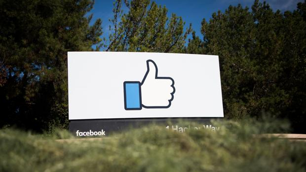 Logotipo de Facebook en la ciudad californiana de Menlo Park, donde radica la sede del gigante tecnológico