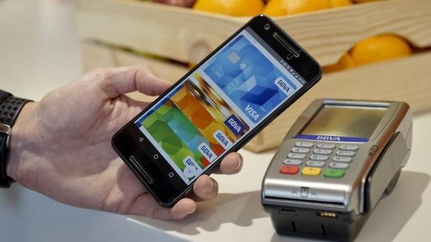 Para realizar un pago, el cliente tiene acercar el móvil al TPV con la pantalla encendida