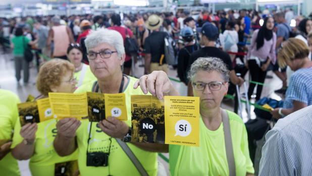 Casi medio centenar de miembros de la Asamblea Nacional de Cataluña (ANC) han acudido hoy a El Prat