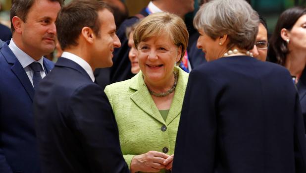 Emmanuel Macron, Angela Merkel y Theresa May en una reunión en Bruselas