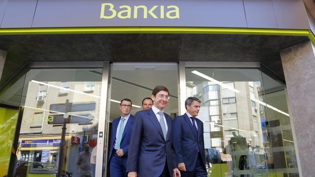 El presidente de Bankia, José Ignacio Goirigolzarri, en una imagen de archivo visitando una oficina en Alicante