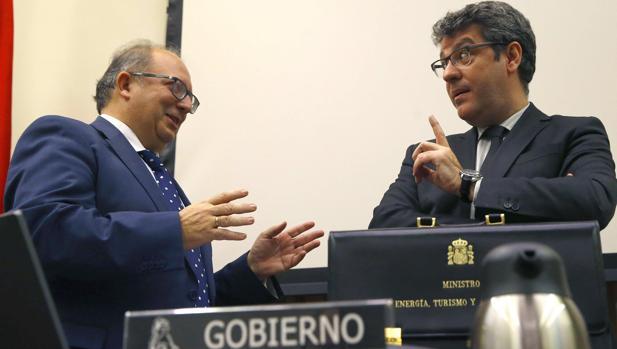 El ministro de Energía (derecha), esta tarde, antes de comenzar la comisión en el Congreso