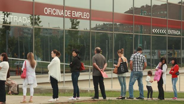 Ciudadanos haciendo cola ante una Oficina de Empleo