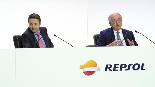 El consejero delegado, Josu Imaz (I), y el presidente de Repsol, Antonio Brufau (D)