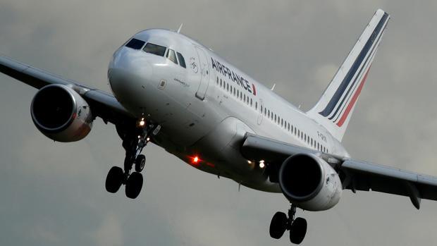 Un Airbus A319-111 de Air France se prepara para aterrizar en el aeropuerto de Charles de Gaulle