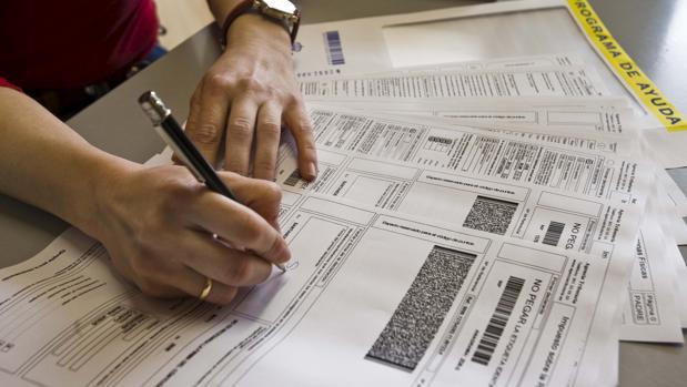 Un contribuyente firmando su Declaración de la Renta