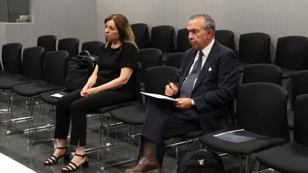 Los exdirectores genearles de la CAM, María Dolores Abad (izda) y Roberto López Abad (dcha)