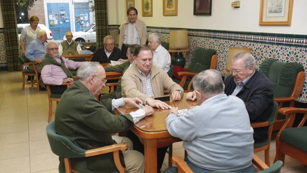 Por ejemplo, para una pensión mínima de 639,30 euros que cobra un jubilado con 65 años le corresponderá un extra de 140,3 euros