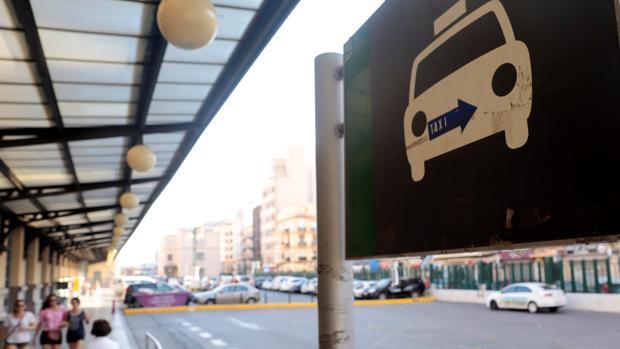 Parada de taxis vacía en la estación del Norte, en Valencia