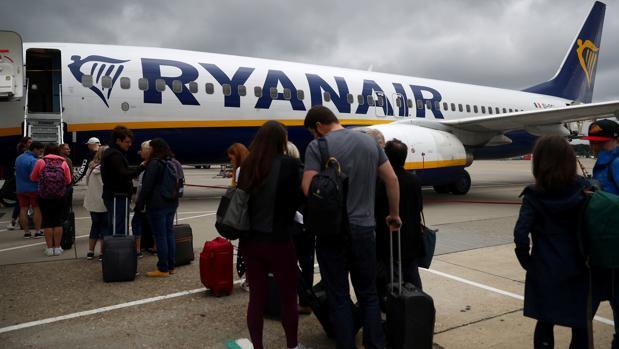 Facua ha recordado que, según la Ley de Navegación Aérea, el transportista está obligado a transportar de forma gratuita en cabina, como equipaje de mano, los objetos y bultos que el viajero lleve consigo,