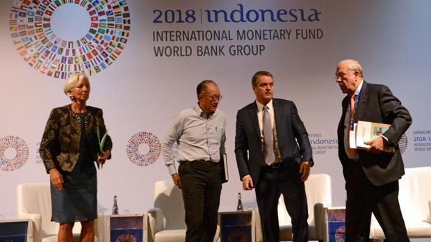 De izquierda a derecha., Christine Lagarde, directora gerente del FMI; Jim Yong Kim, presidente del Banco Mundial; Roberto Azevedo, director general de la OMC; y Ángel Gurría, secretario general de la OCDE, esta semana en la asamblea anual del FMI en Bali (Indonesia)