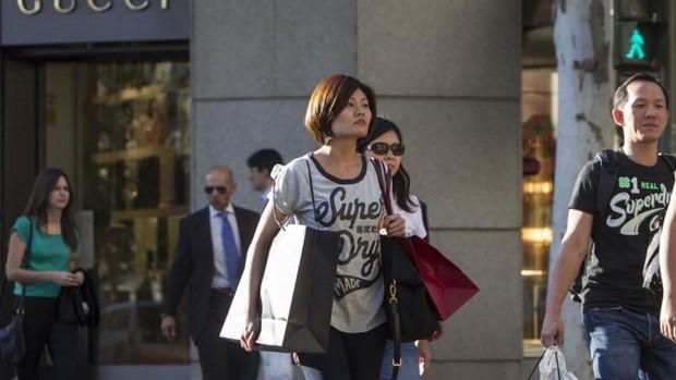 Asiáticos realizan compras en el centro de Madrid