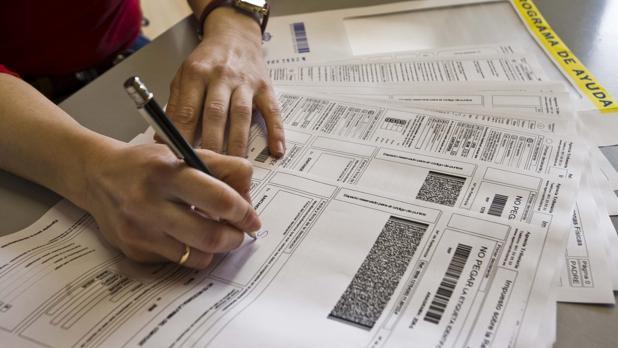 Un contribuyente cumplimentando la declaración de la Renta