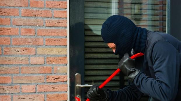 En caso de encontrarse con la puerta de nuestro domicilio abierta o una ventana rota, no tocar nada y avisar a la Policía