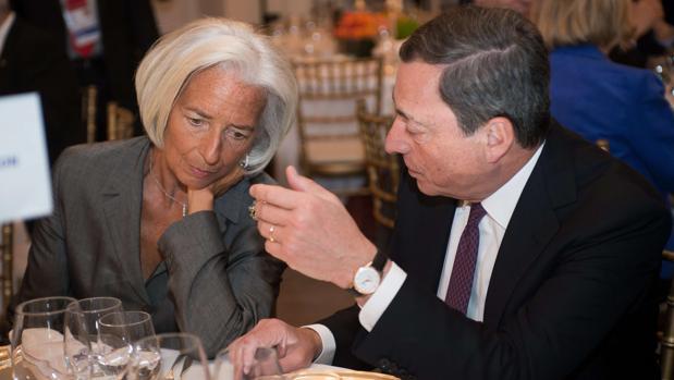 Lagarde sucederá a Drahgi (dcha) al frente del BCE, tras dos mandatos al frente del Fondo Monetario Internacional (FMI)