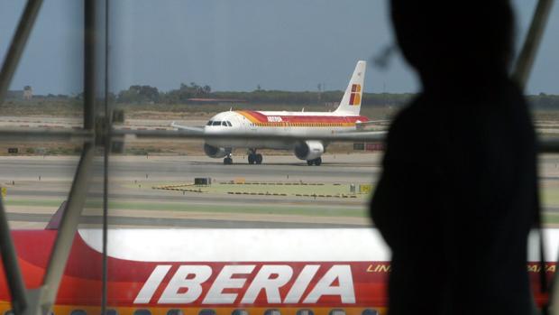 Avión de Iberia en el aeropuerto de Barcelona