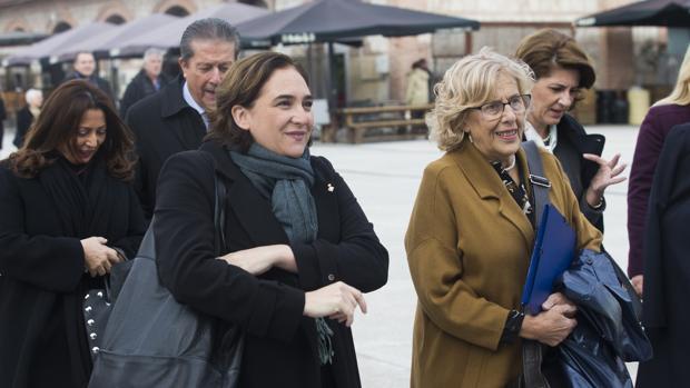 Ada Colau (izq.), alcaldesa de Barcelona, junto a Manuel Carmena, exalcaldesa de Madrid