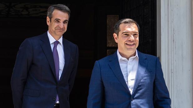 Kyriakos Mitsotakis (izq.), nuevo primer ministro griego, observa la marcha de su predecesor, Alexis Tsipras