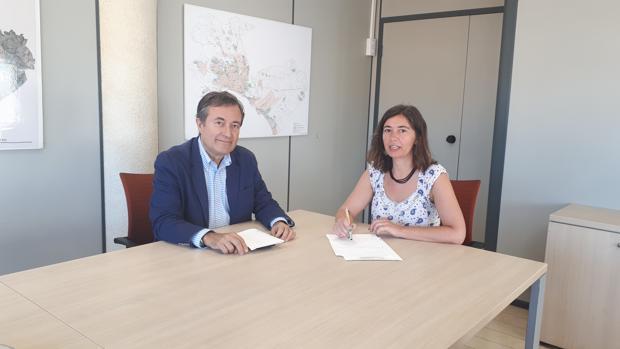 La regidora de Modelo de Ciudad del Ayuntamiento de Palma, Neus Truyol, de MÉS, y el presidente de Autoridad Portuaria de Baleares, Joan Gual de Torrella