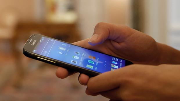 Facua recuerda que las compañías de telefonía móvil deben enviar al usuario un mensaje con información sobre las tarifas que vayan a aplicarles en «roaming» cuando lleguen al país de destino, siempre que sea fuera de la Unión Europea